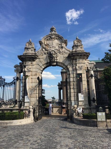 Una de las puertas del Castillo de Buda.