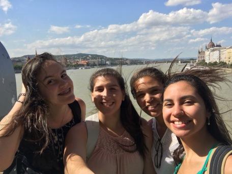 En el puente de las cadenas, que unifica a Buda y a Pest. Por eso, la ciudad se llama Budapest.