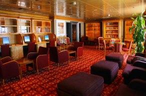 En la biblioteca podrás acomodarte y leer un buen libro, escribir y hasta jugar juegos de mesa.