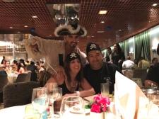 Mi mamá y padrastro en la noche de piratas en el Restaurante Caravelle.
