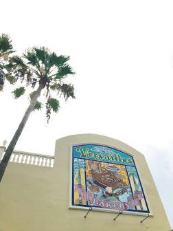 El imponente letrero de Versailles Cuban Bakery.