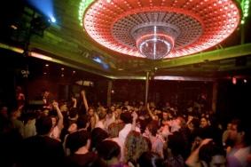 """Muévete al ritmo de la música en este renombrado bar de Wynwood, popularmente conocido como """"The Pickle"""". Fuente: http://electricpicklemiami.com/"""